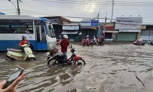 Triều cường dâng cao, dân Sài Gòn lội nước bì bõm ngày đầu tuần