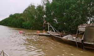 TPHCM: Cứu 2 ngư dân chìm tàu, trôi trên sông Soài Rạp