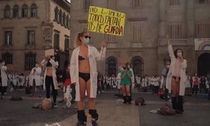 Clip hàng trăm bác sỹ Tây Ban Nha mặc đồ lót biểu tình đòi tăng lương