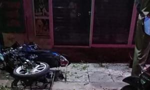 Xe máy chạy tốc độ cao tông cột sắt trước nhà dân, 2 người thương vong