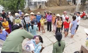 Công an TT-Huế tặng quà người dân thiệt hại nặng do lũ lụt