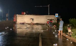 """Xe khách chở 25 người tông dải phân cách, """"lùa"""" xe máy rồi lật"""