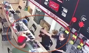 Thanh niên xăm trổ dùng gậy sắt đánh nhân viên FPT ngay tại quầy