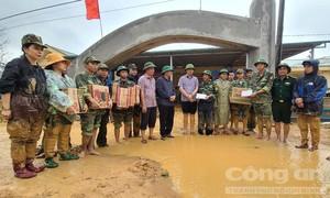 Thông xe vào các xã cô lập ở Quảng Trị để cứu trợ người dân