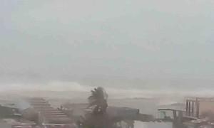 Sóng biển phủ lên hàng chục nhà dân ở Quảng Nam