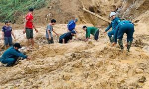 Máy móc chưa vào được, dùng tay bới tìm nạn nhân ở xã Phước Lộc