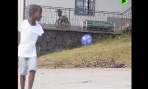 Clip cậu bé không tay trình diễn khéo léo với trái bóng