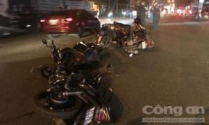 """Ô tô """"quét"""" 10 xe máy ở Sài Gòn, nhiều người bị thương"""