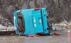 Xe khách lao vào hộ lan rồi lật ra đường, 2 người chết, nhiều người bị thương