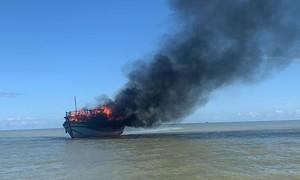 Cháy tàu trên biển, 18 người được cứu thoát an toàn