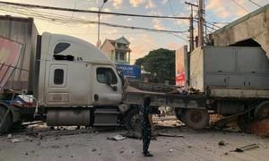 Xe container húc xe tải lao thẳng vào nhà dân