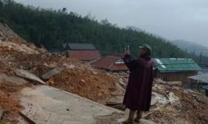 Lở núi, 2.000 dân ở Quảng Ngãi bị cô lập, nhiều nhà hư hỏng