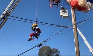 Clip hy hữu ông già Noel bị vướng trên dây điện cao thế