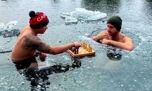 Đánh cờ dưới hồ nước đóng băng