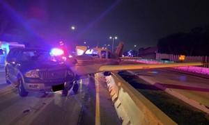 Clip máy bay hạ cánh khẩn cấp trên cao tốc tông trúng ô tô