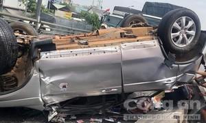 Xe 7 chỗ bị tông lật ngửa ở Sài Gòn, 5 người kêu cứu