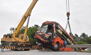 Tai nạn liên hoàn giữa xe đầu kéo và 2 xe khách, 6 người cấp cứu