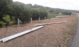 Hàng loạt hộ lan tại dự án cao tốc La Sơn - Túy Loan bị tháo dỡ