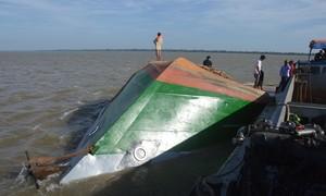 Lật sà lan chở cát, 2 người con của thuyền trưởng mất tích