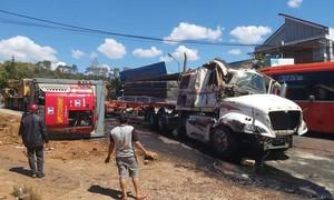 Tai nạn chồng tai nạn giữa 5 ô tô và xe máy trên quốc lộ 14