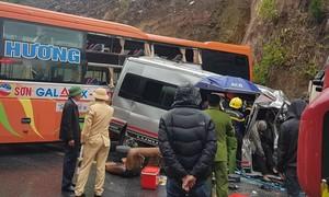 Hai xe khách và xe đầu kéo tông nhau, 6 người thương vong
