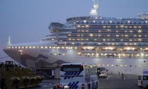 """Những hành khách đầu tiên rời khỏi du thuyền """"ổ dịch"""" sau 14 ngày cách ly"""