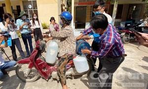 Trao tặng 13 hệ thống máy lọc nước cho người dân vùng hạn mặn