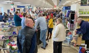 Loạt ảnh người dân Anh xếp hàng mua sắm vì lo ngại dịch nCoV