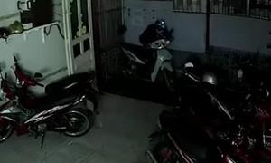 Clip trộm đột nhập nhà trọ lấy 2 xe máy tại quận 7, TPHCM