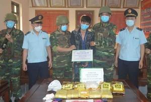 """Dùng xe máy chở 5kg """"hàng đá"""" và 30.000 viên ma túy vào Việt Nam"""