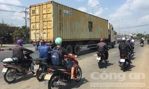 Xe container kéo lê xe máy trên QL51, 2 người thương vong