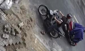 Clip tên trộm lấy xe trước mặt người dân không hề hay biết