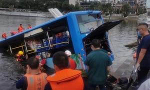 Tài xế cố tình lao xe chở học sinh xuống hồ, khiến 21 người chết