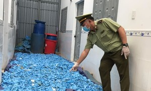 Kiểm tra dãy nhà trọ, phát hiện 20 tấn găng tay y tế đã qua sử dụng