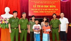 Trao học bổng cho 4 học sinh là con liệt sỹ Công an