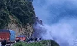 Clip kinh hoàng chứng kiến cảnh núi sạt lở ngay trước mặt