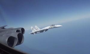 Clip tiêm kích Su-27 của Nga bay cắt mặt oanh tạc cơ B-52 của Mỹ