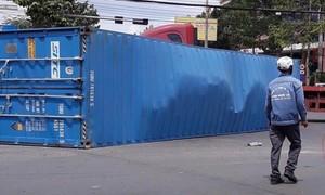 Xe đầu kéo tông bẹp ôtô 4 chỗ, thùng container văng xuống đường