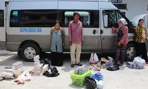 Hai phụ nữ quấn hàng trăm gói thuốc lá lậu quanh người