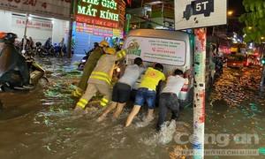 Hàng trăm CBCS Công an TPHCM giúp dân di chuyển chống ngập
