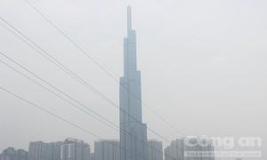 Sương mù phủ kín các tòa cao ốc ở Sài Gòn