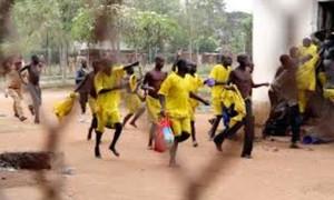 Hơn 200 tù nhân khỏa thân vượt ngục ở Uganda