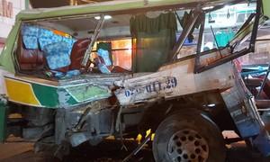 Xe tải đâm xe buýt, 20 hành khách bị thương nặng nhập viện cấp cứu