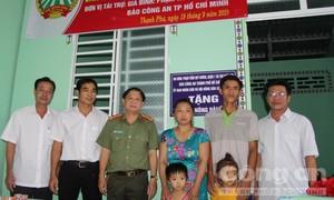 """Báo Công an TPHCM bàn giao nhà """"mái ấm nông dân"""" ở huyện Cờ Đỏ"""
