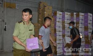 """Đột kích kho hàng """"khủng"""", thu giữ hơn 10 ngàn chai sữa chua Trung Quốc"""