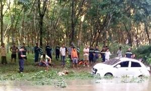 Ô tô bị cuốn trôi tại đập tràn suối Tà Rua, hai mẹ con thoát chết
