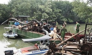 """Bắt 2 thuyền lớn với hàng chục """"vòi bạch tuộc"""" hút cát trên sông Đồng Nai"""