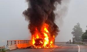Xe container đang chạy, bốc cháy ngùn ngụt