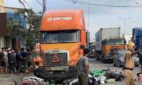 """Xe Container """"quét"""" 7 xe máy chờ đèn đỏ, 6 người bị thương"""