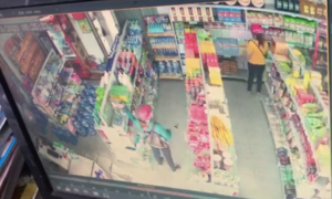 Clip người phụ nữ bịt mặt lấy trộm sữa đắt tiền trong cửa hàng